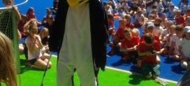 Plitsch, platsch, Pinguin, der Hockey spielt: Pinguincup der Mädchen und Knaben C auf der Leo