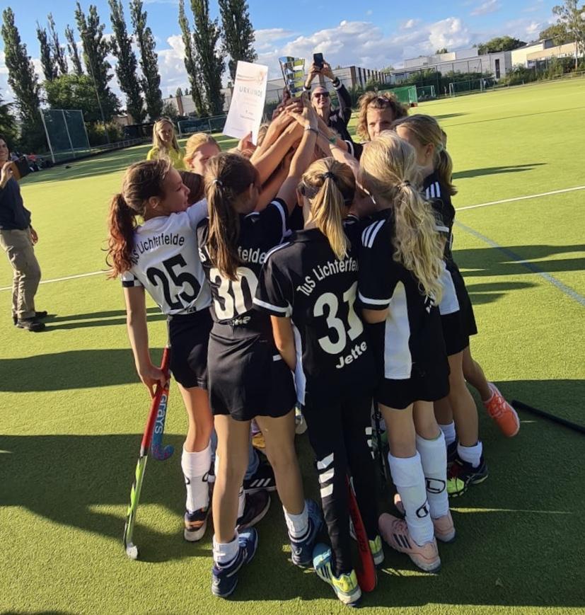 Der erste Titel der Saison: Mädchen B 2 holen den Pokal